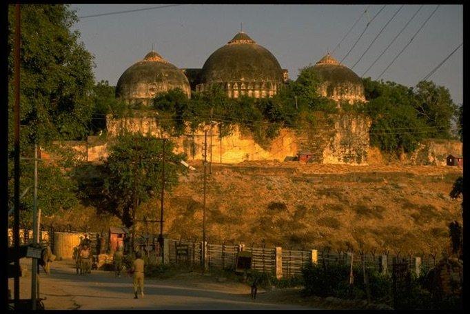 De Babri-moskee voordat deze in 1992 werd vernietigd. Hier staat straks de hindoetempel. © The LIFE Images Collection via Getty
